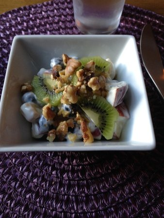 Alpenhorn Gasthaus : First course at breakfast- fresh fruit and toasted almonds with yogurt.