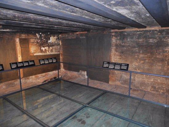 Forum of Swiss History Schwyz: salle de séjour maison typique 1311