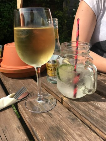 The Berkeley Arms: Gin & Tonic and White Wine