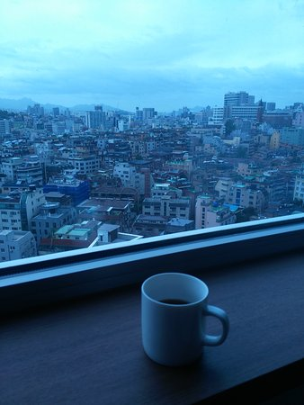 Best Western Premier Gangnam: Enjoying my morning coffee in the room