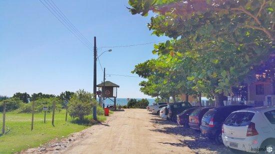 Estaleiro Beach : Várias estradinhas de chão dão acesso à Praia do Estaleiro