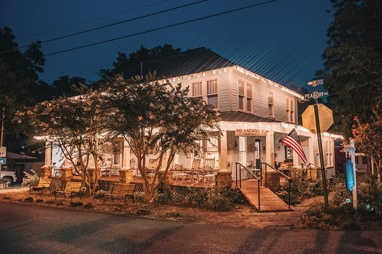 Wildflower Bed and Breakfast-On the Square: The Wildflower Bed & Breakfast as the sun goes down in Mountain View.