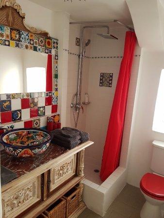 Besse-sur-Issole, Γαλλία: Salle de bains joliment décorée
