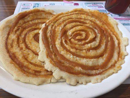 ซัสเซ็กซ์, นิวเจอร์ซีย์: Warm cinnamon roll was amazing! Pumpkin pancakes not so good. They swirled raw pumpkin pie filin