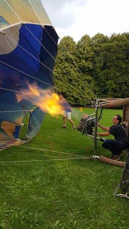 Gorinchem, Países Bajos: voorbereiding van de vlucht door de ballon van hete lucht te voorzien