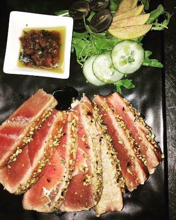 Priverno, Italië: Tagliata di tonno in crosta di pistacchi con salsetta a base di pomodoro secco, olive e pepe ver