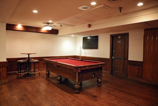 Pickering, Canadá: Lower level pool table