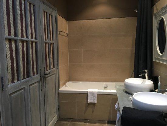 Salle de bain, toilettes et dressing séparés - Bild von Le Moulin du ...