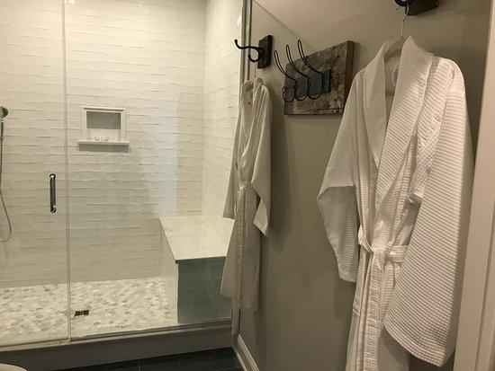 Bolton Landing, Estado de Nueva York: Oversized bathroom with robes