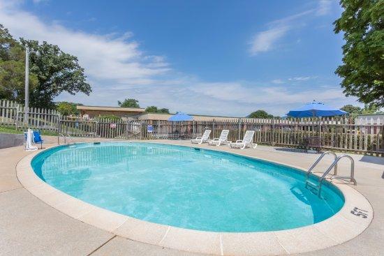 Bedford, VA: Seasonal Pool