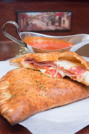 Mount Joy, Pensilvania: Di Maria's Pizza & Italian Kitchen - Calzone