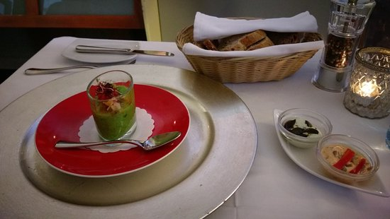 Restaurant Lebenbauer: Complimentary: green peas and vegetable cold soup, bread, and spreads