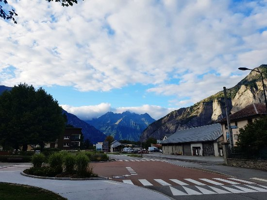 Le Bourg-d'Oisans, Francia: The view up the road from the hotel towards Grenoble