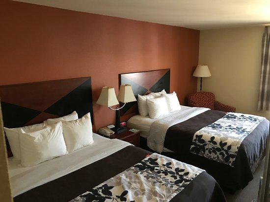 سليب إن آند سويتس ماديسون: Comfortable, clean room!!