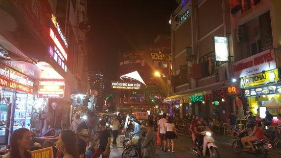 Beautiful Saigon 3 Hotel: nightlife street, right in front