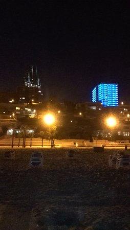 Gran Hotel Delfin : Kleurrijke skyline 's avonds langs de boulevard.