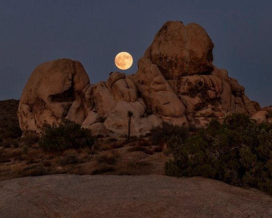 Twentynine Palms, CA: Moonrise on our 2nd day. Crystal clear air.