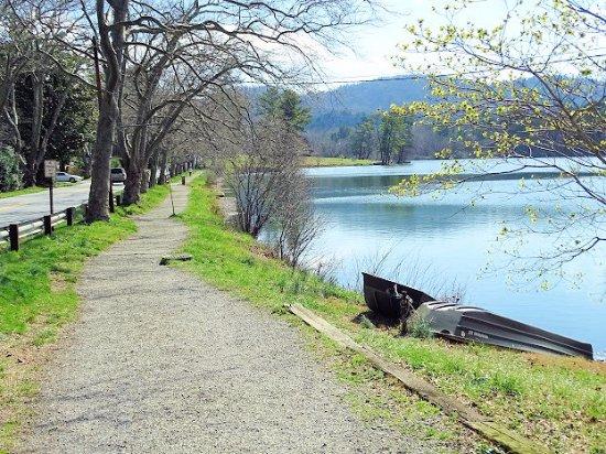 Beaver Lake: trail along lake