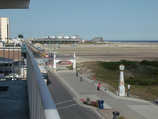 Aqua Beach Resort: This shows ho close the boardwalk is from the hotel