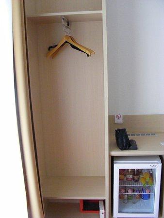 Balatonszarszo, Ungheria: Nyitott szekrény padló széffel