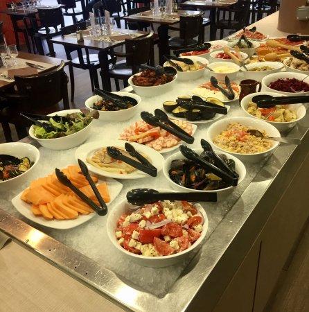 Massy, France: Le buffet froid à volonté.
