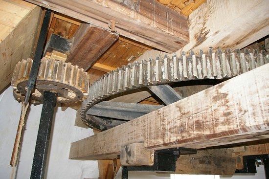 Llanddeusant, UK: The mill gearing
