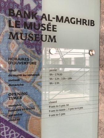 The Currency Museum of the Bank Al-Maghrib : Die Öffnungszeiten auf einer Tafel außen am Gebäude.