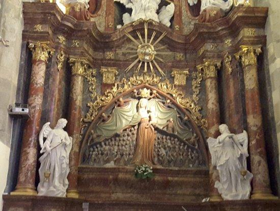 Ptuj, Slovenia: Scultura in legno della Madonna che accoglie sotto il suo mantello decine di altri personaggi
