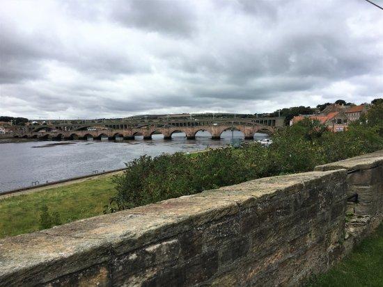 Berwick upon Tweed, UK: Along the Walls overlooking the Tweed