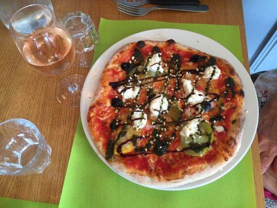 Boege, France: Pizza du moment avec tomates multicolores et mozza de BOGEVE ET NOUGAT GLACE MAISON AU MIEL DE H