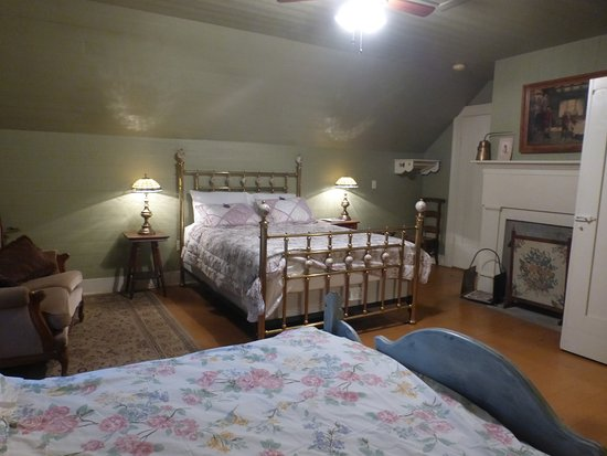 Mulberry, TN: Upstairs room - Step back in time to Relax, Unplug, and Unwind