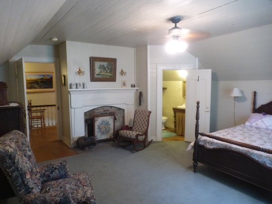 Mulberry, TN: Upstairs Bedroom with fireplace and your own bathroom - Rustic charm to Relax and Unwind
