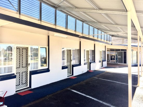 Glen Innes, Australia: FRont units. Undercover parking for all units.