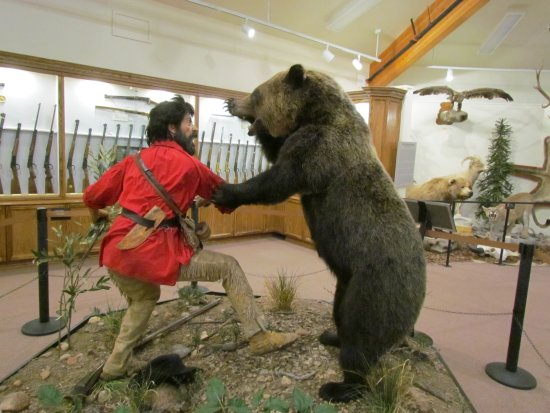 Museum of the Mountain Man: Bear attacking mountain man (in museum)