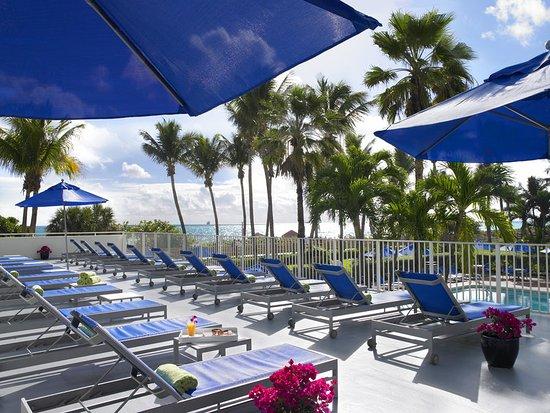Four Points by Sheraton Miami Beach: Pool Cabana Sun Deck