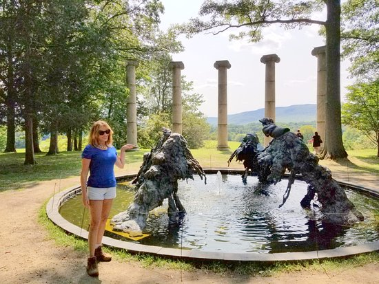 New Windsor, Estado de Nueva York: Maureen greeting creepy creatures coming out of the water