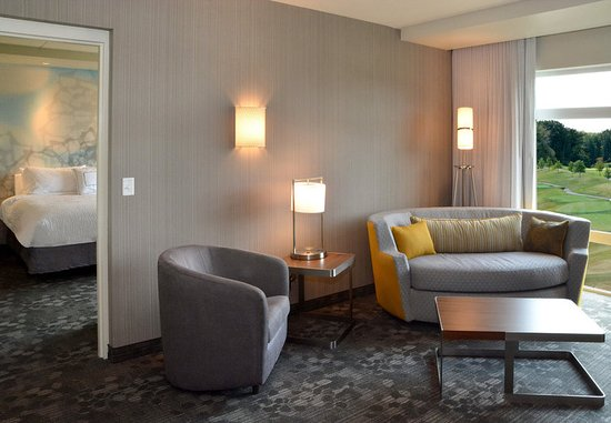 Canfield, OH: King Suite