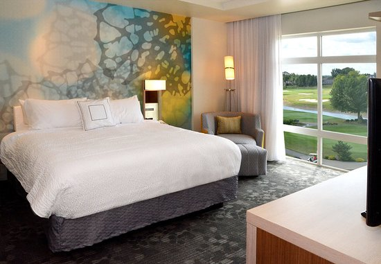Canfield, OH: King Guest Room - Golf View