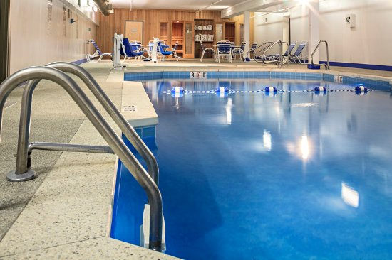 Holiday Inn Berkshires: Pool area with hot tub and saunas