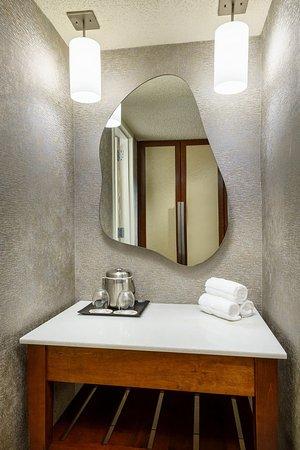 Itasca, IL: Guestroom Bathroom