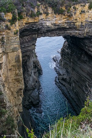 Eaglehawk Neck, Australia: View of the Tasman Arch from the main carpark