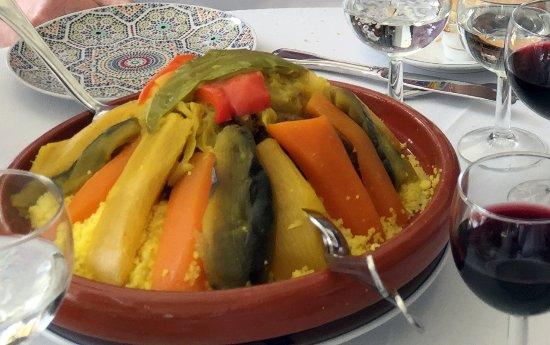 El Minzah Hotel: Couscous in klassischem Geschirr