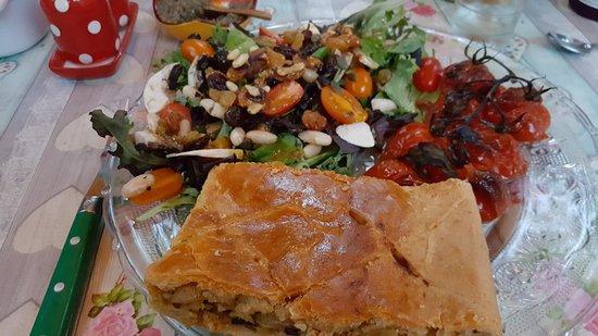 Robion, Frankrike: plat unique : salade , tourte et tomates cerises ( 5 heures en cuisine )e