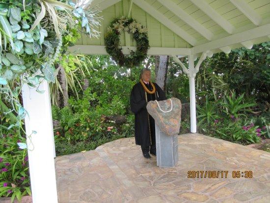 Aloha Ke Akua Chapel: この後ろに池がありそこから見つかった、ハート型のパワーストーン