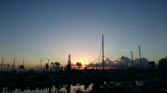 イリカイ ホテル, プールサイドからハーバーの夕日