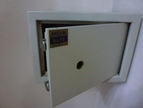 Hacienda Suites: Cassaforte senza serratura,davvero inutile