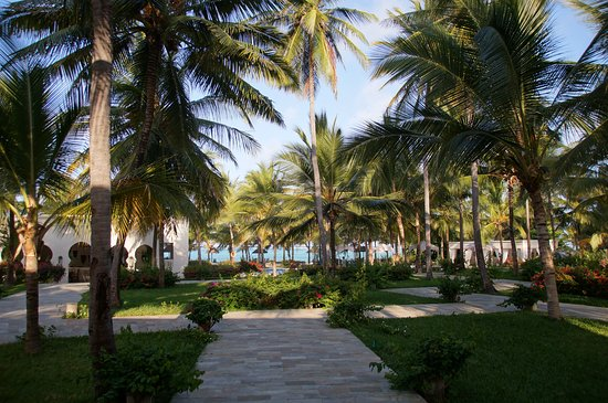 Baraza Resort & Spa: Wonderful garden with white beaches at the Indian Ocean