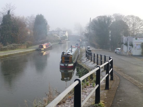 Lymm, UK: The Canal that runs past the Crown!