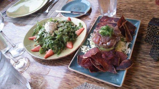 "Huggo's Restaurant: GardenGrownAruglaSaladとLocallyCaughtAhiTuna""Poke""Tower"