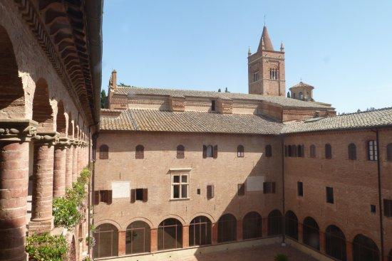 Asciano, Italia: Monte Oliveto Maggiore (cortile)
